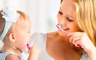 С какого возраста чистить зубы детям