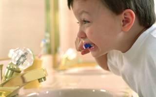 Когда приучать ребенка чистить зубы самостоятельно